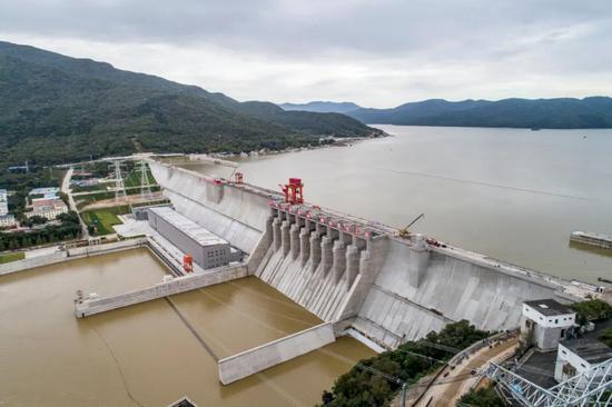 空中俯瞰丰满大坝全貌。记者 韩涛