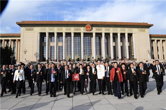 2020年11月24日上午9时,吉林劳模团在人民大会堂东门外合影