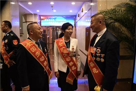 吉林省电力系统全国劳动模范刘洋、贾春贺、李国在友谊宾馆交流