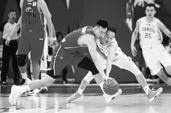 江苏队球员史鸿飞(前右)与吉林东北虎队球员崔晋铭(前左)在比赛中拼抢。新华社发