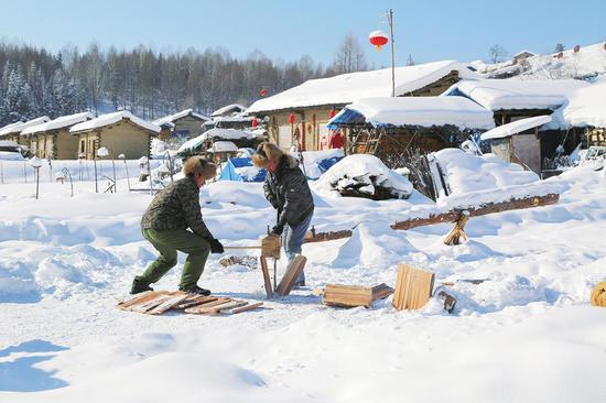 村民在劈木片瓦 王桂珍 摄