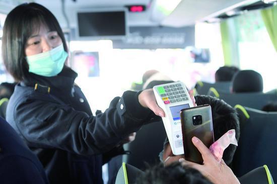 乘客扫码支付车费。 石天蛟 摄