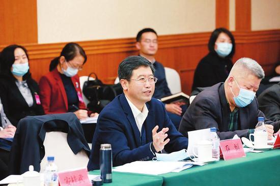 在吉林省委十一届八次全会上,与会人员分组讨论时积极发言。