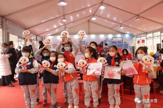 冰雪大篷车进社区活动在北京石景山区古城街道老古城西社区举办