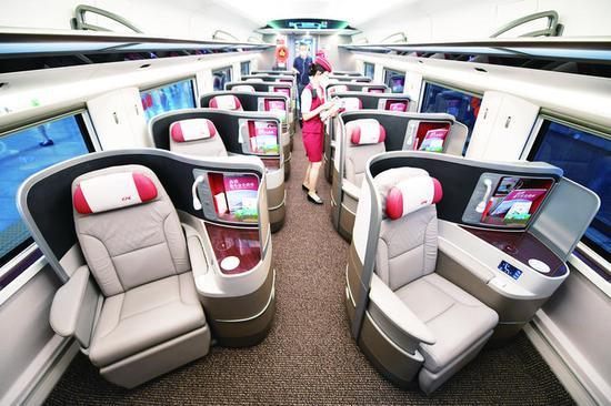 """6月25日,""""复兴号""""智能动车组G5次列车的商务客室提高了旅客私密性、便捷性、舒适性。 (新华社发)"""