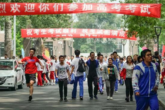 6月7日,在北京大学附属中学考点,考生在上午考试结束后走出考场。新华社记者 沈伯韩 摄