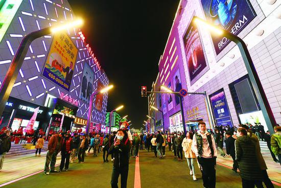 开街当晚,人流如织,徜徉在特色鲜明的商街,品味大都市的繁华与热闹。孙建一 摄