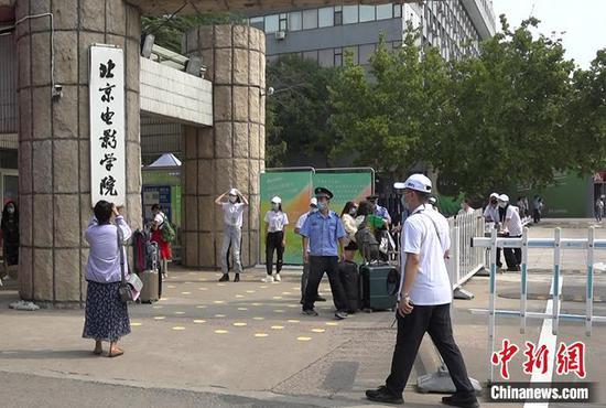 图注:新生报到首日的北京电影学院。郎佳慧 摄