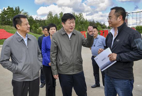 吉林市委书记贺志亮(前中)在龙潭区金珠乡金珠花海,就乡村旅游发展情况进行调研