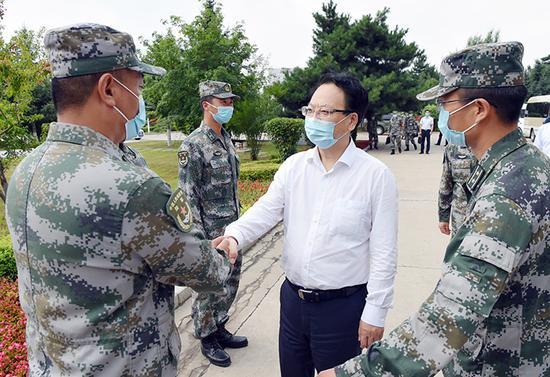 在八一建军节到来前夕,吉林省委副书记、省长景俊海来到陆军装甲兵学院士官学校某连走访慰问。