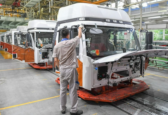 工人在位于长春的一汽解放总装车间装配车辆(7月7日摄)。新华社记者 张楠 摄