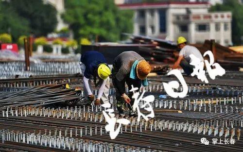 工人正在铺设钢筋