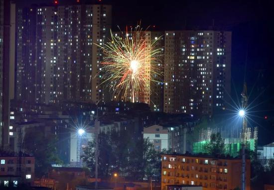 9月1日晚,吉林市德胜路与西安路交会处,伴随着声声巨响,几团焰火当空炸开。摄影:记者 徐英宏