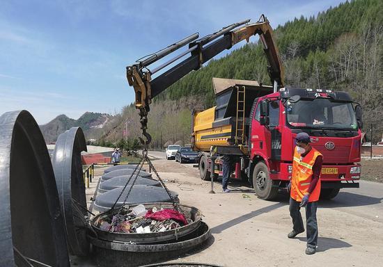 白山市江源区村屯利用地埋式垃圾桶储运生活垃圾,净化美化环境。