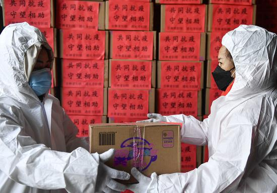 1月30日,工作人员搬运生活物资,准备装车发往医务人员驻地。
