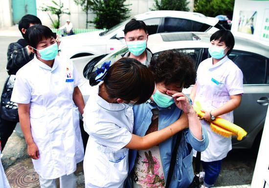 见到曾在武汉照顾自己43天的长春医疗队员,曹笑姗激动地流下泪水,双方紧紧相拥。 赵滨 摄