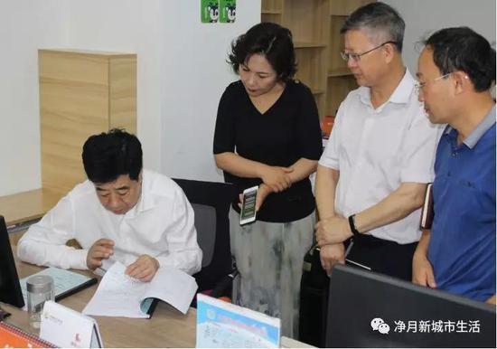 王铁茗主任查看凤凰社区网格长日记