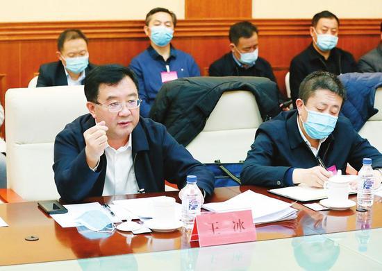 在吉林省委十一届八次全会上,与会人员分组讨论时积极发言。 本报记者 丁研 摄