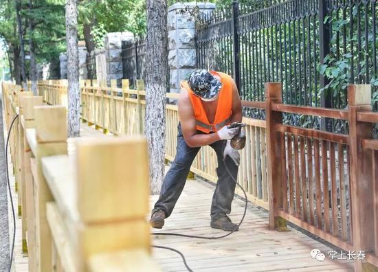 工人们正在小心翼翼地进行防腐漆的喷涂