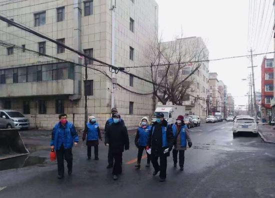 """吉林省长春市朝阳区清和街道""""蓝马甲""""志愿者在巡逻。新华社记者金津秀摄"""