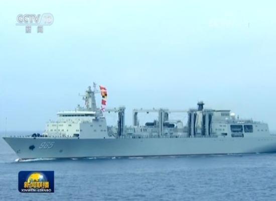 """""""呼伦湖""""号补给舰,超大型远洋综合补给舰,可以伴随航母舰队灵活部署。"""
