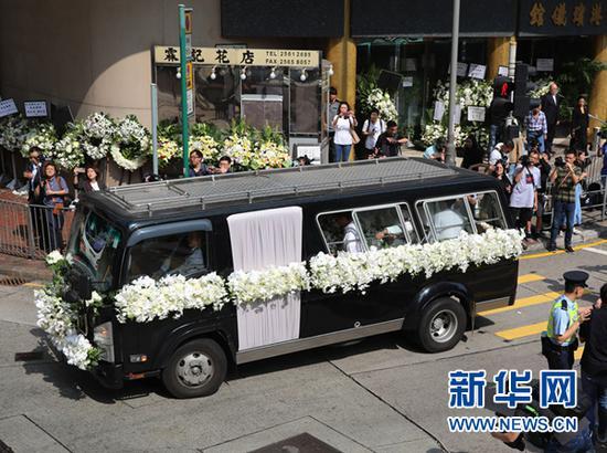 11月13日,金庸的灵车缓缓驶离殡仪馆。 当日,著名作家金庸在香港殡仪馆出殡。新华社记者 吴晓初 摄