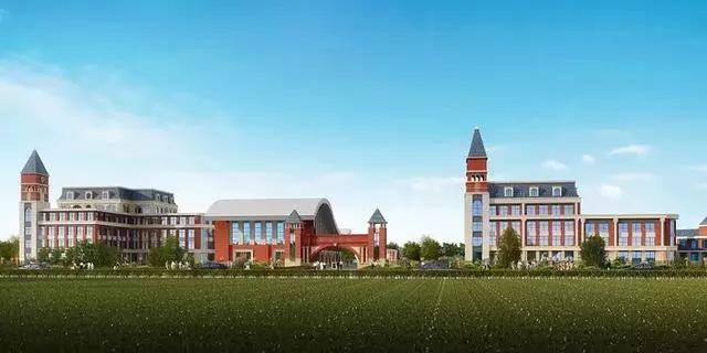 校园最北侧是操场,操场中间是草坪,它像一块绿色的毯子,四周是红、绿的塑胶跑道。