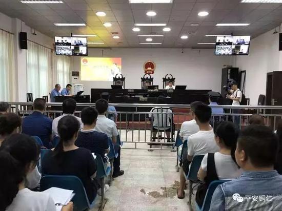 △张艺受审现场。张艺是迄今为止贵州铜仁市范围内查办的最年轻的职务犯罪被告人。