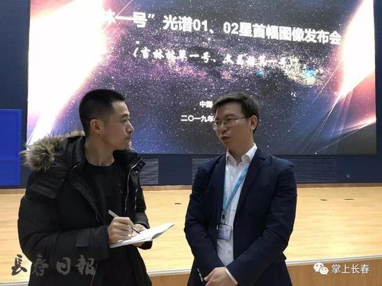 贺小军(右)接受长春日报融媒体记者采访