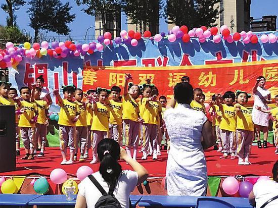 银山路社区的幼儿园小朋友在表演节目。