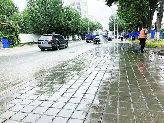 ▲东环城路人行步道维修工程已经接近尾声,预计9月10日将全部完工。