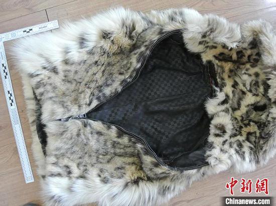 警方查获的雪豹皮(成衣) 警方供图