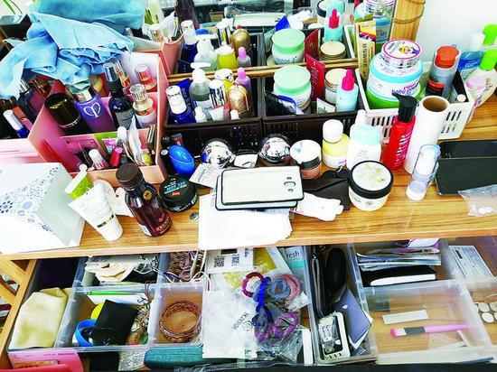 美妆博主的梳妆台收纳整理前后。