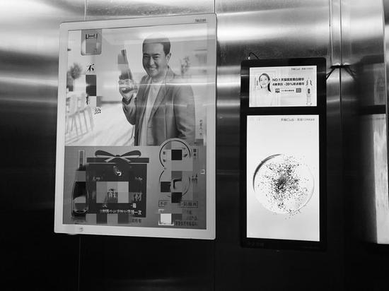 万龙台北明珠小区的电梯里张贴了广告