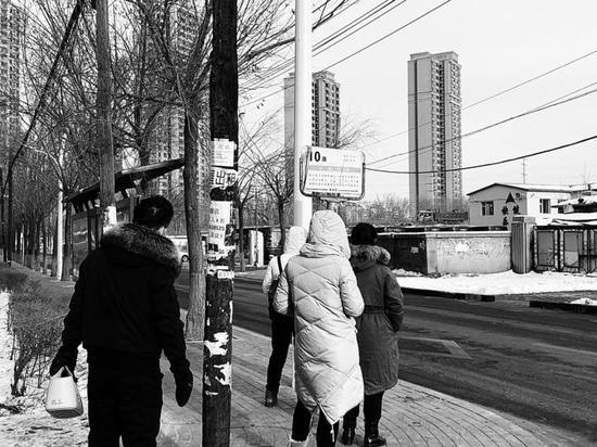 附近小区的市民在10路公交站点等车 长春晚报记者 邢阳 摄