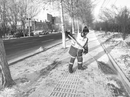 1月7日凌晨1点,环卫工人在人民大街上清雪