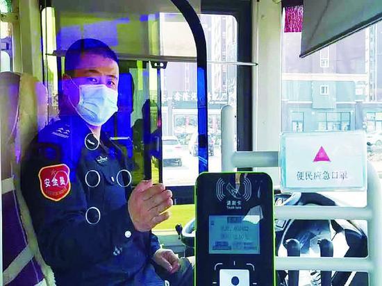 刘兴成在车上安装的便民口罩盒。