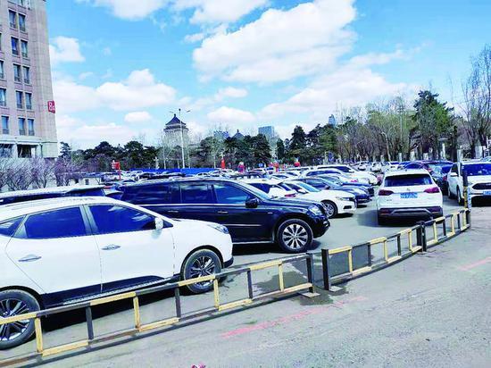 吉大一院停车场停满了车辆。
