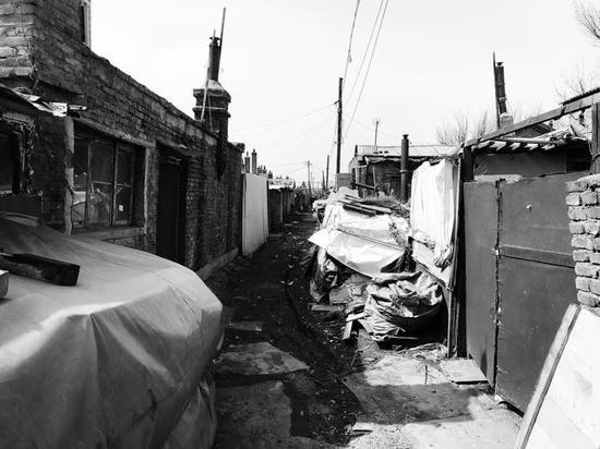 铁路棚户区环境脏乱差。