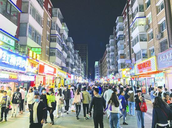 改造升级后的桂林胡同美食街成为市民休闲娱乐的好去处。本组图片 长春晚报记者 王强 摄