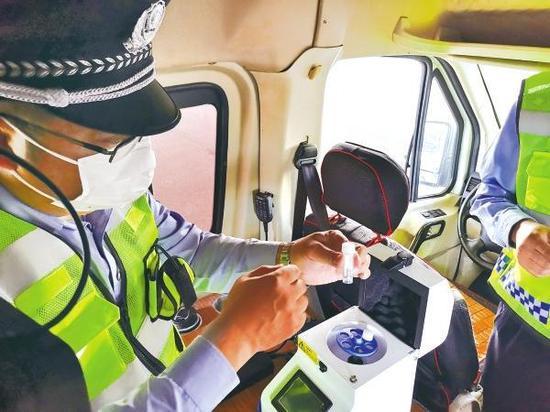 民警对人员头发进行检测