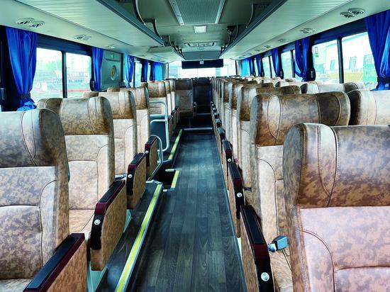 长春吉林城际公交车内部配置沙发座椅,充分考虑乘坐的舒适性。