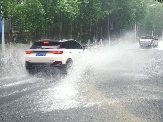 东岭南街处有大面积积水