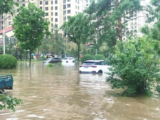 天工路与生态东街交会处附近积水很深