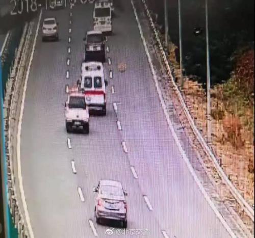 急救车辆到达京藏高速进京方向37.5公里处。(资料图) 北京交警微博截图