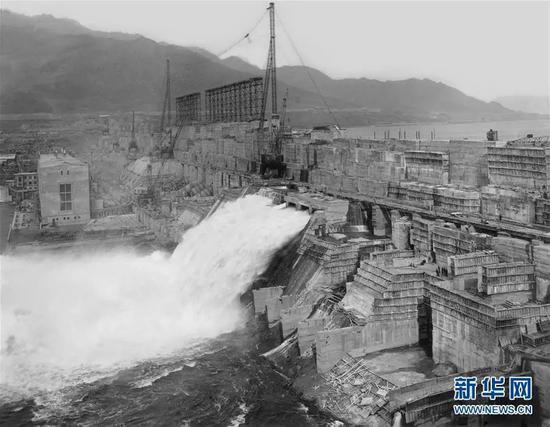 1943年丰满大坝首台机组发电的景象