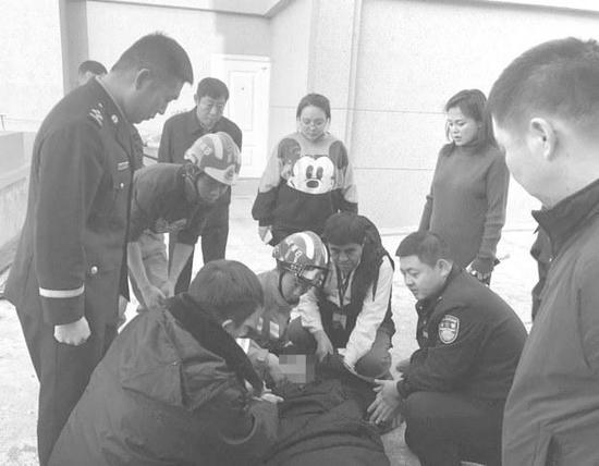 白城一女子欲跳楼轻生 危急时刻民警、消防员紧紧抓住了她