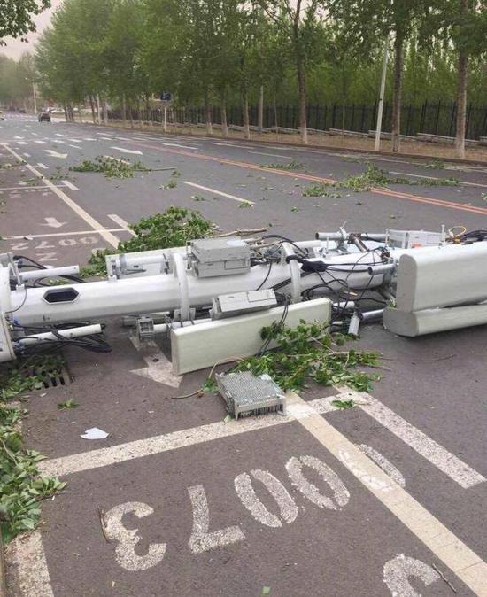 某通信公司信号塔被大风吹倒(图片来源于网络)