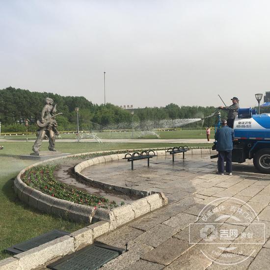 工作人员正在清理雕塑