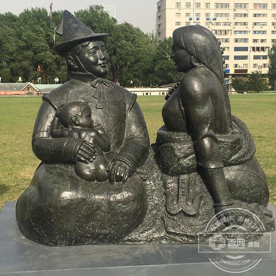 文化广场上惟妙惟肖的雕塑
